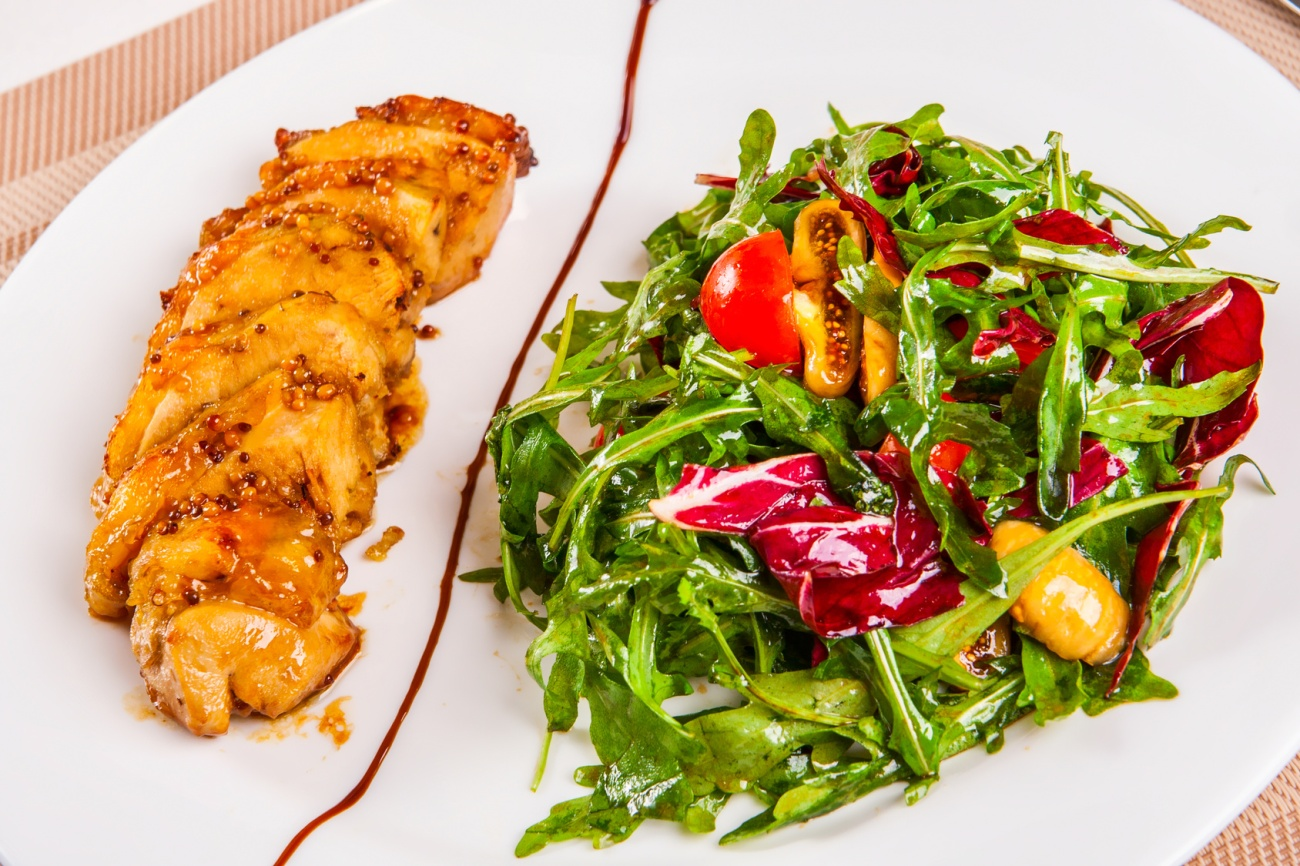 Chicken with curry and dijon and salad